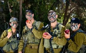 """חיילי צה""""ל אוכלים תפוח (צילום: דובר צה""""ל)"""