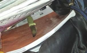 הסכין שנתפסה בין ספרי הלימוד של הנער הפלסטיני (צילום: דוברות המשטרה)