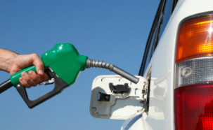 פיית תדלוק ירוקה ליד אוטו לבן (צילום: istockphoto)