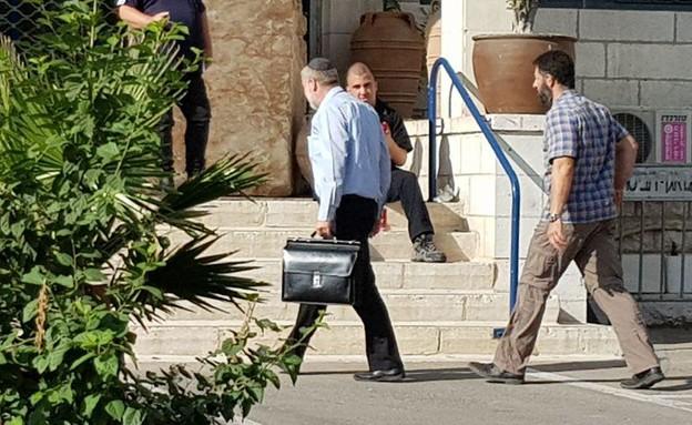 מנדלבליט בכניסה לשימוע (צילום: החדשות 12, החדשות12)