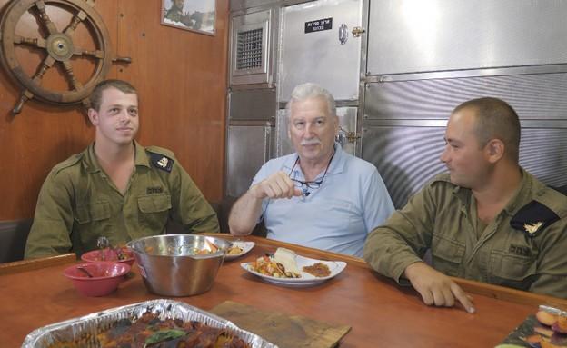 ישראלוביץ' עם חיילי חיל הים (צילום: החדשות 12)