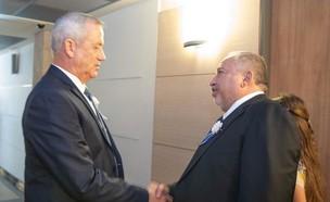 בני גנץ ואביגדור ליברמן לפני טקס השבעת הכנסת ה-22 (צילום: החדשות 12)