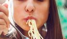 אישה אוכלת פסטה (צילום:  none)