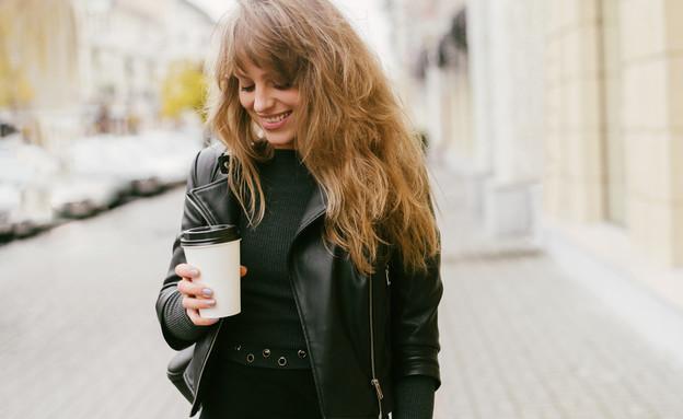 אישה שותה כוס קפה (צילום: Yuliya Yafimik, ShutterStock)