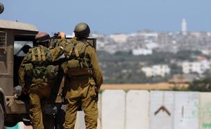 """חיילי צה""""ל מול הגבול עם רצועת עזה (צילום: פלאש 90)"""