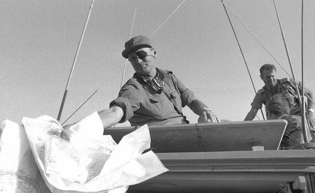 """משה דיין סמוך לתעלת סואץ (צילום: במחנה, באדיבות ארכיון צה""""ל במשרד הביטחון)"""