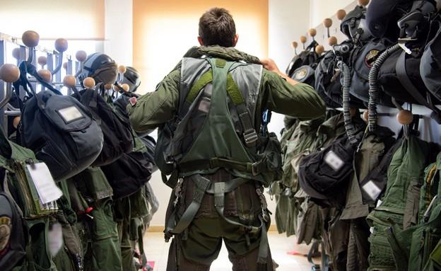 טייס חיל האוויר עולה על ציוד (צילום: דובר צה