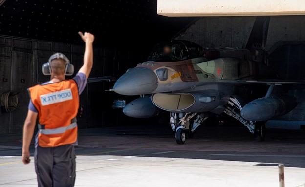מטוס סופה 16-F על הקרקע (צילום: דובר צה