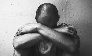 גבר בוכה (צילום: shutterstock | Srdjan Randjelovic)