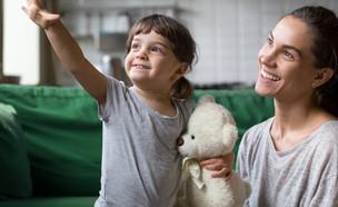 אמא ובתה מחייכות (אילוסטרציה: fizkes, shutterstock)