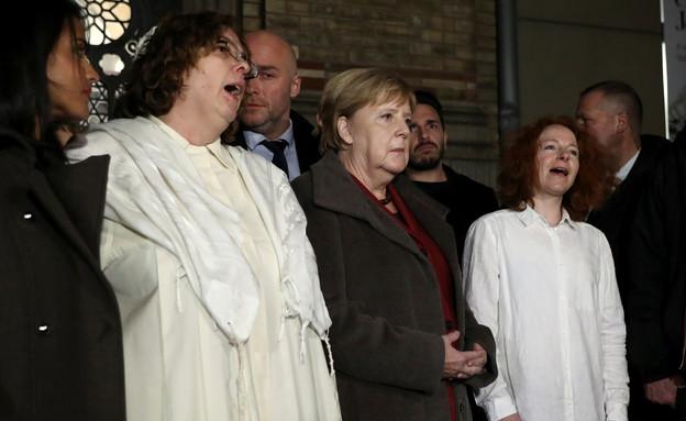 אנגלה מרקל בבית הכנסת בו התבצע הירי (צילום: שי פרנקו,רויטרס)