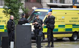 שוטרים בזירת אירוע הדקירה בקניון במנצ'סטר (צילום: רויטרס)