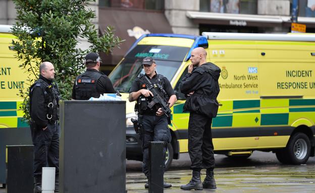 שוטרים בזירת אירוע הדקירה בקניון במנצ'סטר (צילום: רויטרס, שי פרנקו,רויטרס)