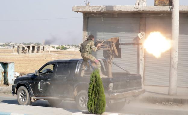 """לוחם סורי בשורות הטורקים במבצע """"מעיין השלום"""" (צילום: רויטרס)"""