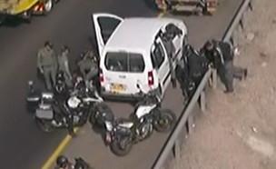 שוטרים תוקפים מפגינים (צילום: רועי קסטרו, החדשות 12)