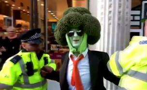 מעצר של גבר מחופש לברוקולי בלונדון (צילום: רויטרס)