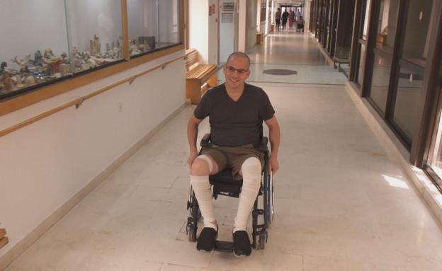דורון זקצר שממשיך לעזור לנזקקים גם אחרי הפציעה (צילום: החדשות 12)