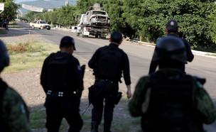 זירת ההתקלות בין החמושים לשוטרים במקסיקו (צילום: רויטרס)