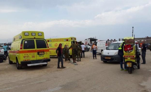 """3 בני אדם נפגעו ממכת ברק בחוף זיקים (צילום: דוברות מד""""א )"""
