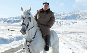 קים ג'ונג און על סוס לבן רוכב בשלג בצפון קוריאה (צילום: רויטרס)