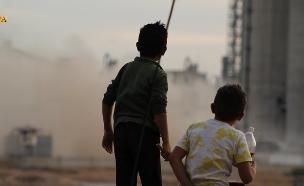 """ילדים כורדים על רקע נסיגת צבא ארה""""ב מסוריה (צילום: npa)"""