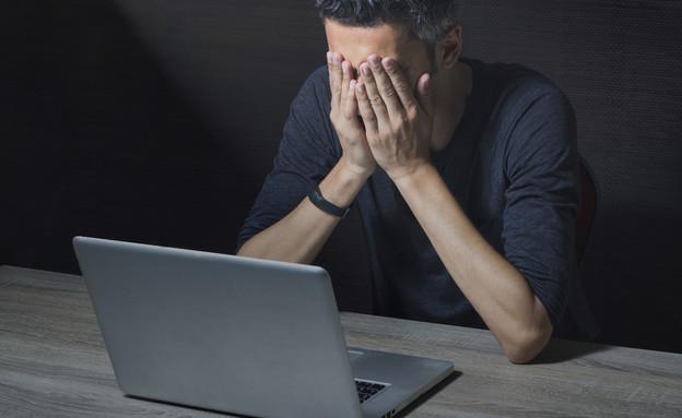 גבר מול מחשב (צילום: Morocko, ShutterStock)
