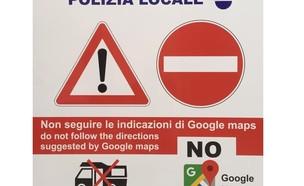 השלט שהוצב בעיירה (צילום: מתוך עמוד הפייסבוק הרשמי של עיריית Baunei)