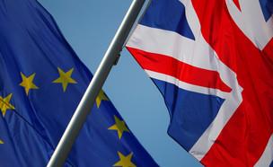 בדגלי בריטניה והאיחוד האירופי (צילום: רויטרס, שי פרנקו,רויטרס)