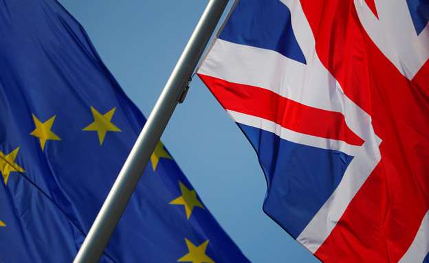 בדגלי בריטניה והאיחוד האירופי (צילום: רויטרס)