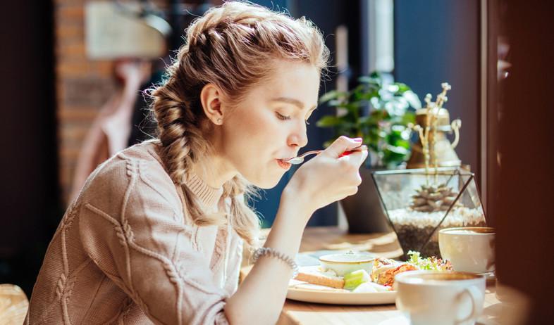 אישה אוכלת (צילום:  Iryna Inshyna, shutterstock)