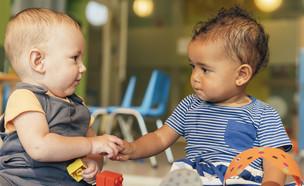 שני תינוקות משחקים בגן ילדים (אילוסטרציה: santypan, shutterstock)