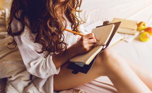 בחורה כותבת (צילום: shutterstock, Nadezda Barkova)