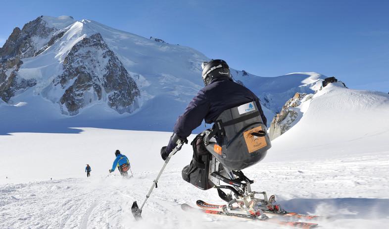 """""""לגלוש בשלג לבד בכסא גלגלים, בגובה 4000 מטר"""" (צילום: עמותת ארז)"""