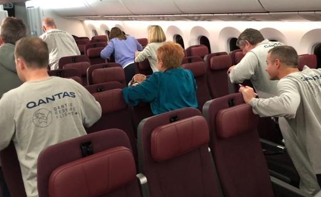 נוסעי הטיסה מתעמלים (צילום: Angus Whitley/Bloomberg)