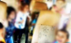 עשרות ילדים ברכב הסעות סמוך לטייבה  (צילום: דוברות המשטרה)