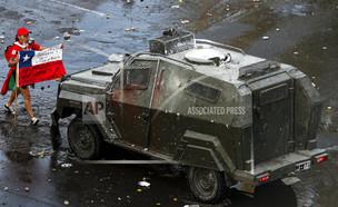 עימותים קשים בסנטיאגו, צילה (צילום: AP)