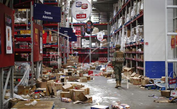 בזיזה ושריפת חנויות בסנטיאגו (צילום: AP)