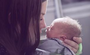 אמא מנשקת תינוק (אילוסטרציה:  none, unsplash)