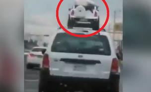 נהג נוסע עם שני ילדים על הרכב (צילום: יוטיוב\Click On Detroit | Local 4 | WDIV)