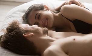 זוג במיטה (צילום: shutterstock | fizkes)