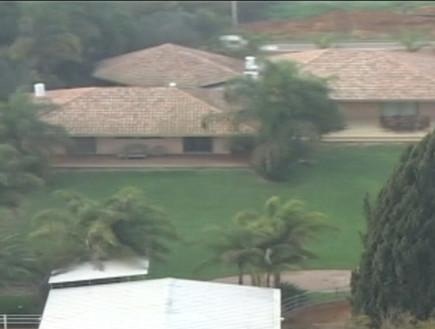 """הבית של משפחת רפאלי עומד למכירה (צילום: מתוך """"ערב טוב עם גיא פינס"""", קשת 12)"""