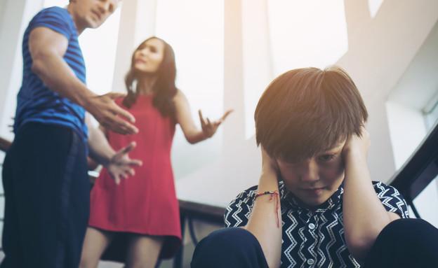 ילד מכסה את אוזניו בזמן שהוריו מתווכחים (אילוסטרציה: kateafter | Shutterstock.com )