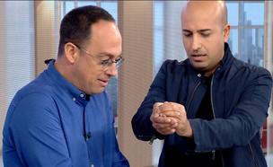 """חזי דין מפתיע את ניב רסקין (צילום: מתוך """"חדשות הבוקר"""" , קשת 12)"""