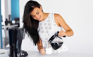האם חוקי לבקש מהמזכירה להכין קפה לבוס? (צילום: shutterstock, Nadezda Barkova)