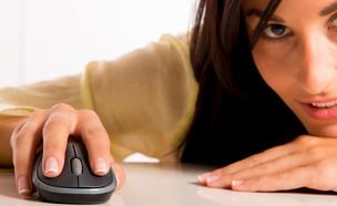 אישה עם עכבר מחשב (צילום: shutterstock)