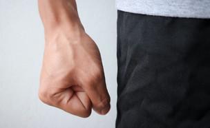 אילוסטרציה: גבר עושה אגרוף (צילום: BOSS BTKPHOTOGRAPHY, ShutterStock)