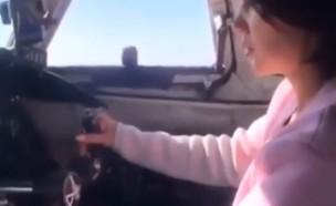 נוסעת מטיסה מטוס (צילום: יוטיוב)