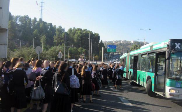 תלמידות סמינר שהורדו באמצע הכביש בירושלים
