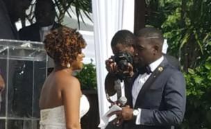 חתן וכלה בחתונה (צילום: טוויטר\@BrandoAttacks)