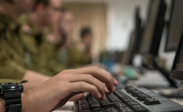 """חיילים מול מחשב אילוסטרציה (צילום: דובר צה""""ל)"""